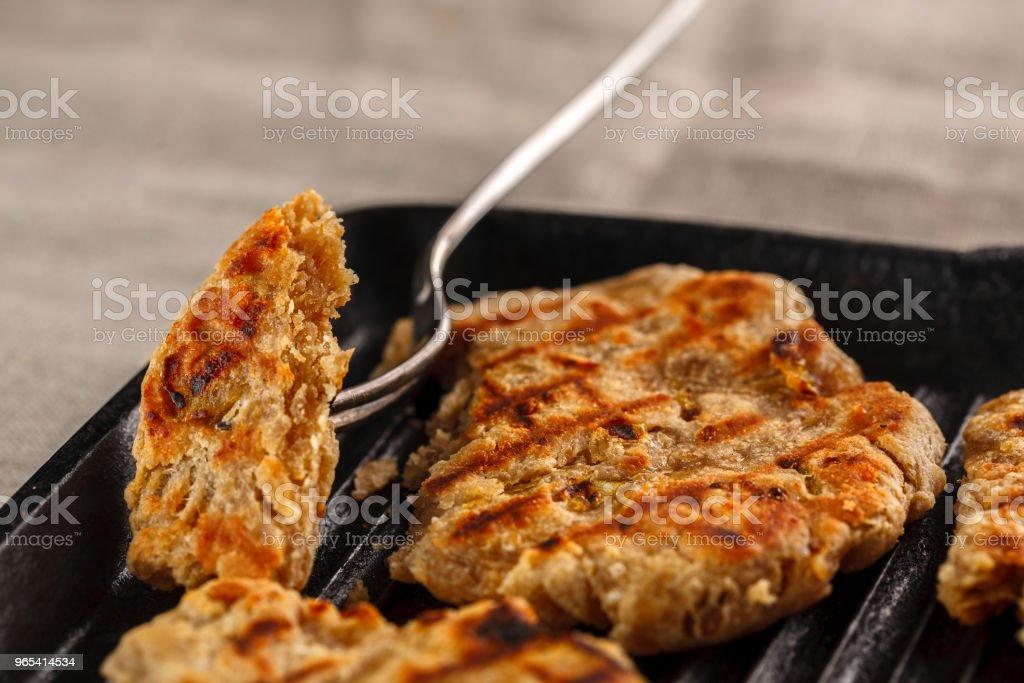 Fladenbrote mit Käse, Zwiebeln und Knoblauch auf dem grill - Lizenzfrei Bildhintergrund Stock-Foto