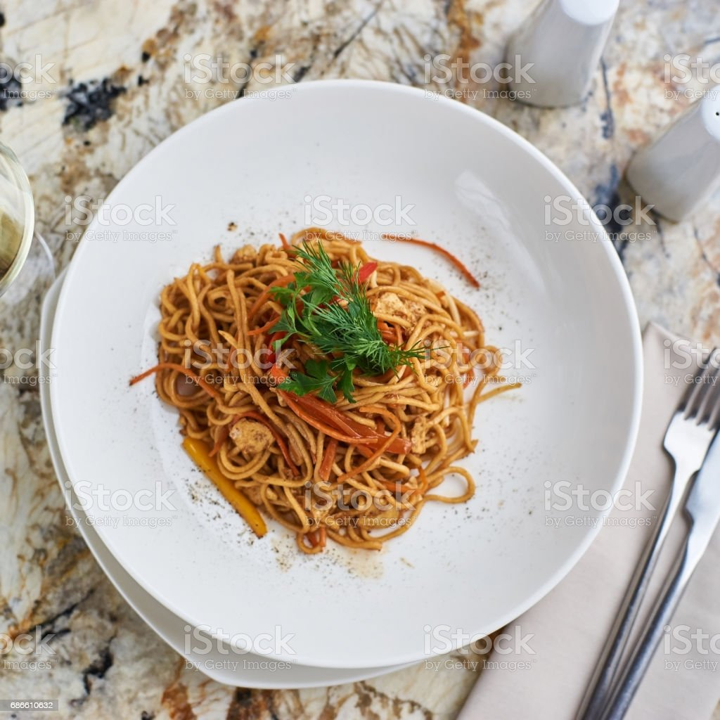 Flat egg noodles with vegetables Lizenzfreies stock-foto