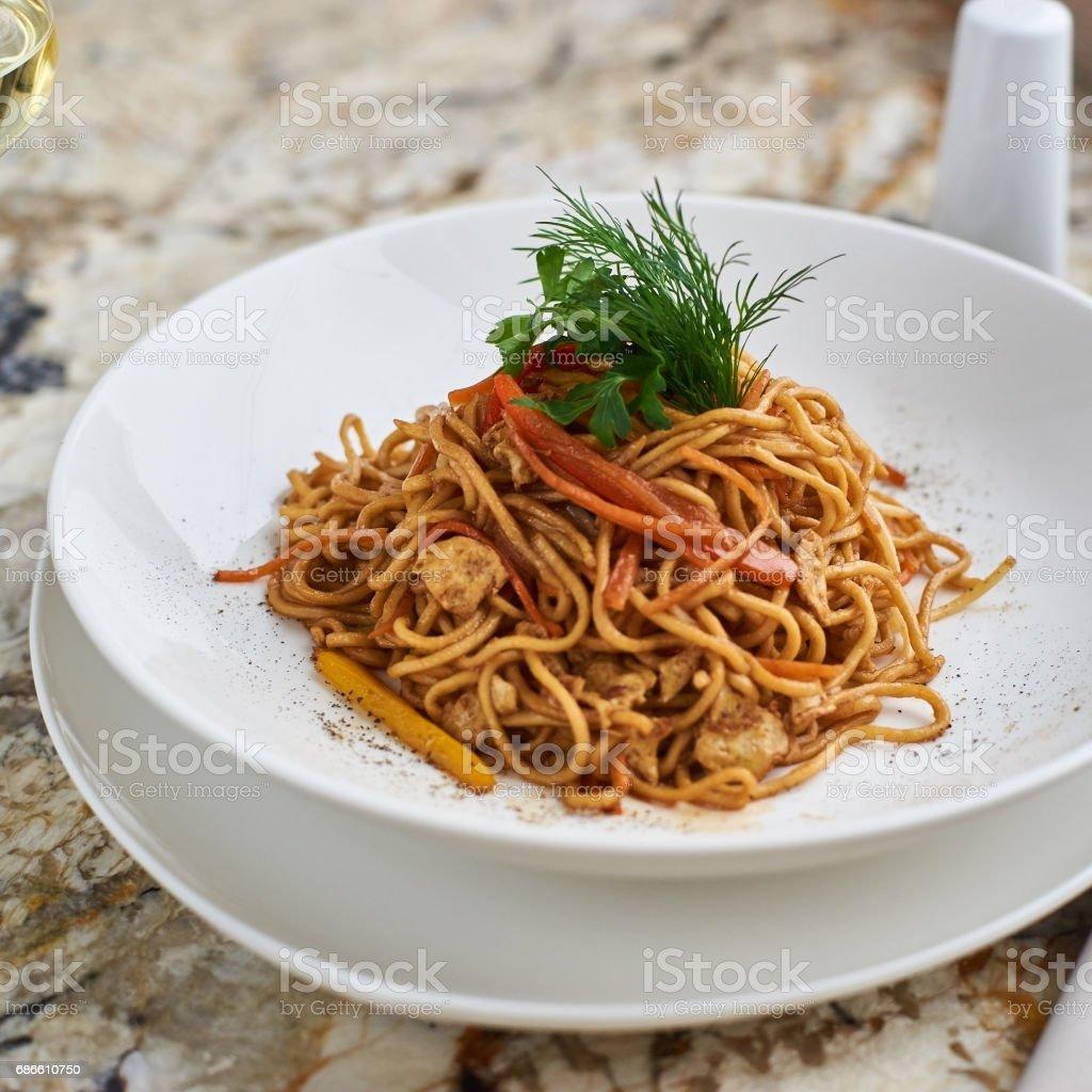 Flat egg noodles with vegetables photo libre de droits