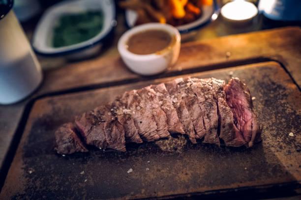 flacheisen-steak-restaurant - schuhe auf englisch stock-fotos und bilder