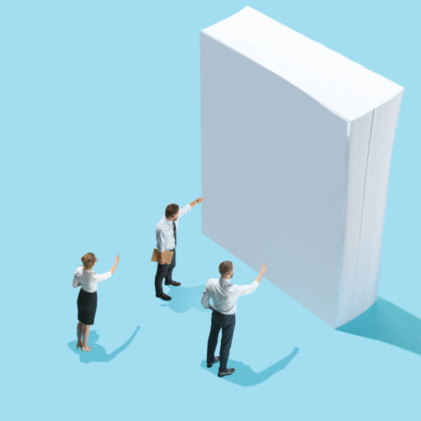 Ver plano isométrico de los empresarios y de la mujer en hojas en blanco de papel con espacio de copia vacía - foto de stock
