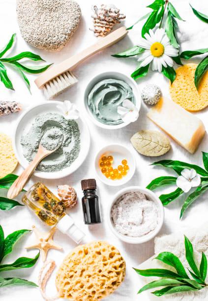 wohnung lag schönheit hautpflege, zubehör. natürliche kosmetikprodukte auf einem hellen hintergrund, ansicht von oben - makeup selbst gemacht stock-fotos und bilder