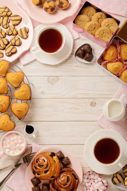 flache laien kuchen und kekse, muffins und brötchen, kekse und süßigkeiten, tee und kaffee mit schaumzucker. - kekskuchen stock-fotos und bilder