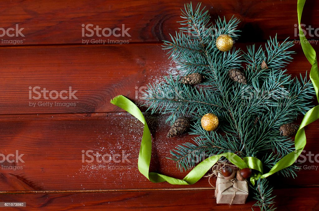 flat lay Christmas tree branch  on wooden boards. photo libre de droits