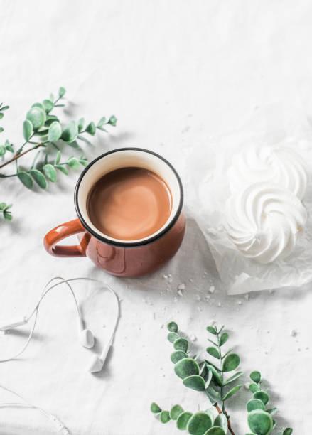flache laien kakao tasse und baiser auf weißem hintergrund. morgen frühstück inspiration mit kopfhörer musik - musik kuchen stock-fotos und bilder