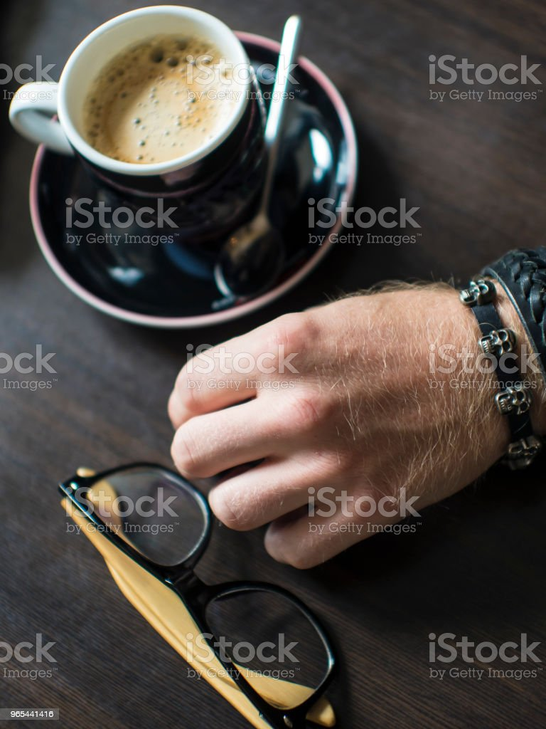 손으로 평평 하다 커피 커피 컵, 유리, 핸드 리프트 - 로열티 프리 검은색 스톡 사진