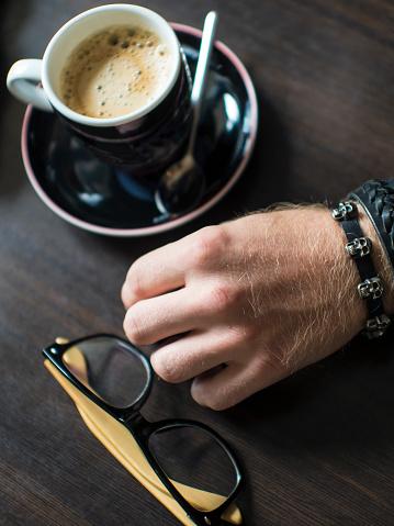 손으로 평평 하다 커피 커피 컵 유리 핸드 리프트 검은색에 대한 스톡 사진 및 기타 이미지