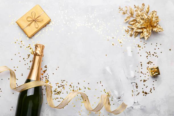 Flache Lay Zusammensetzung von Champagner-Flasche und goldene Geschenk-Box – Foto
