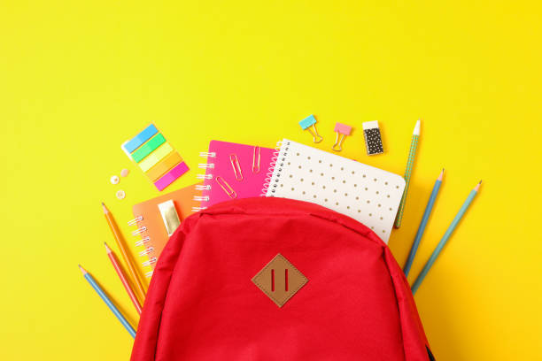 扁平的佈局組合與背包和學校用品的顏色背景 - 背囊 個照片及圖片檔