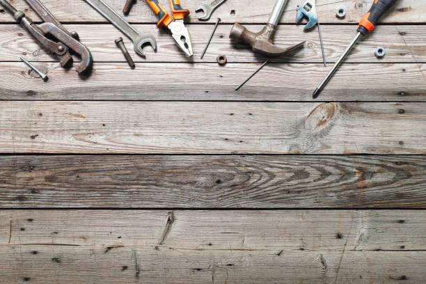 flache laienkomposition mit vintage-tischlerei-werkzeugen auf rauem holzhintergrund. top-view-arbeitsbank mit tischler verschiedene werkzeuge. holzbearbeitung, handwerk und handarbeitskonzept. - werkzeugbank stock-fotos und bilder