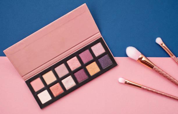 평평 하다 여성 화장품 콜라주 아이 섀도와 핑크와 파란색 배경에 브러시. 상위 뷰 - 팔레트 뉴스 사진 이미지