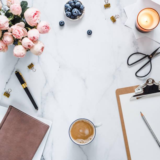lay piatto, home office femminile. spazio di copia - flat lay foto e immagini stock