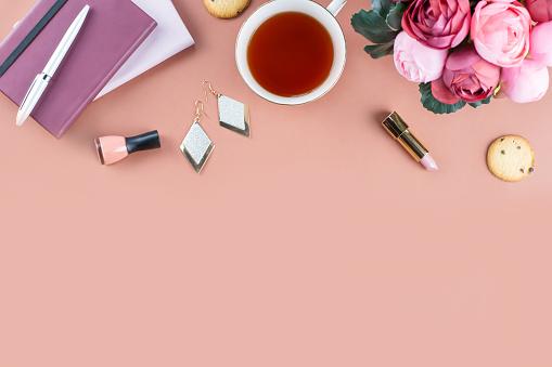 평평 하다 홈 오피스 책상입니다 일기 꽃 과자 패션 액세서리와 여성 작업 영역 패션 블로거 개념입니다 0명에 대한 스톡 사진 및 기타 이미지