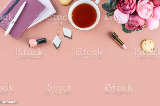 Płaskie Leżały Biurko W Domu Kobiecy Obszar Roboczy Z Pamiętnikiem Kwiatami Słodyczami Modowymi Akcesoriami Koncepcja Blogerki Moda - zdjęcia stockowe i więcej obrazów Kwiat - Roślina