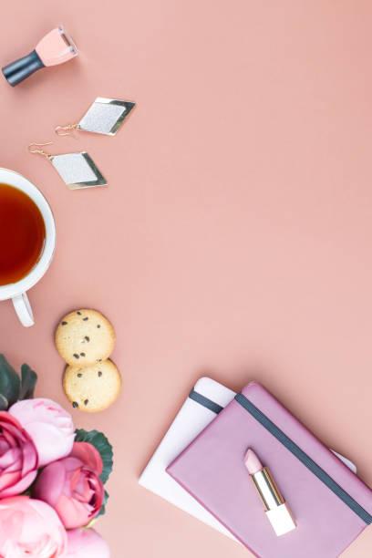 flache laien home-office schreibtisch. feminine arbeitsbereich mit tagebuch, blumen, süßigkeiten, mode-accessoires. mode-blogger-konzept. - ohrringe rose stock-fotos und bilder