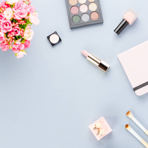 flache laien home-office schreibtisch. feminine arbeitsbereich mit planer, blumen, kosmetik. beauty-blogger-konzept. - ohrringe rose stock-fotos und bilder