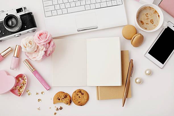 flat lay notebook and office accessories - blumen make up stock-fotos und bilder