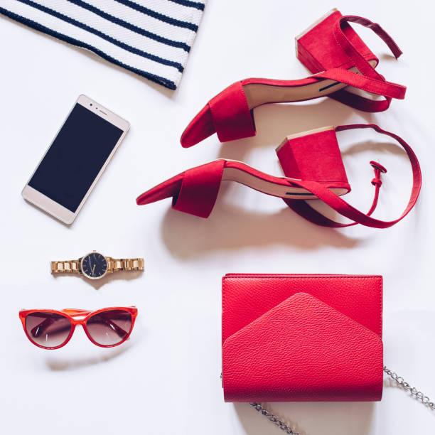 flach legen, der einen minimalen satz von weiblichen accessoires: goldene armbanduhr, rote mitte heel sandalen mit riemchen, clutch-tasche, handy, sonnenbrille, gestreiftes hemd - modedetails stock-fotos und bilder