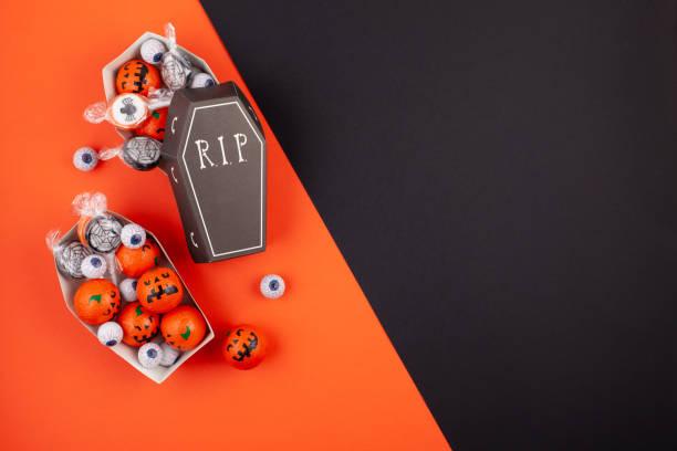 flach zu legen, der zubehör dekorationskonzept happy halloween festival hintergrund - do it yourself invitations stock-fotos und bilder
