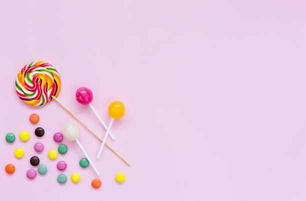 flache lay süßigkeiten isoliert - süßigkeit stock-fotos und bilder