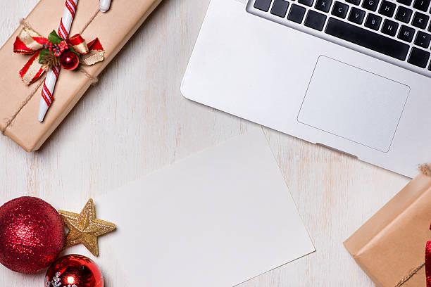 flat lay of christmas gift with laptop - weihnachtsprogramm stock-fotos und bilder