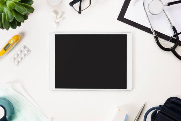 Flache Lay Digital-Tablette und medizinische Instrumente auf Tisch – Foto