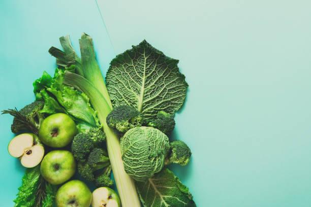 Poser de plat de légumes verts sur fond clair - Photo