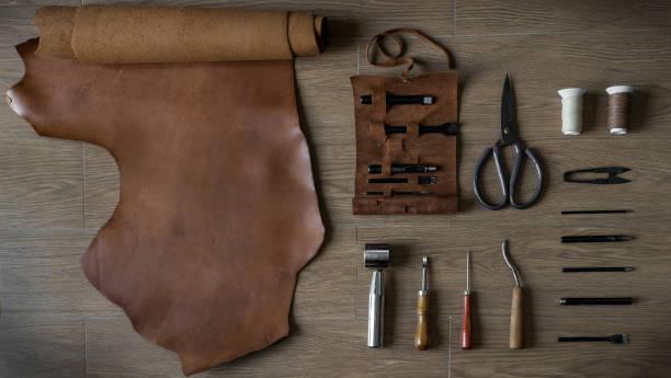 flache lay leder handwerk werkzeuge - diy leder stock-fotos und bilder