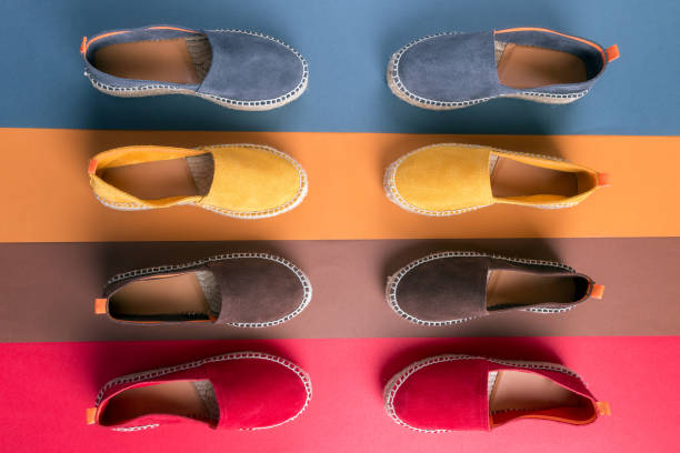Flache Lay von Loafers Schuhe auf mehrfarbigem Hintergrund. – Foto