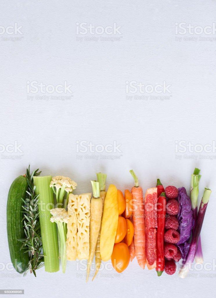Flach zu legen, der Regenbogen Spektrum Steigung von gesundes Obst und Gemüse auf weißem Hintergrund – Foto