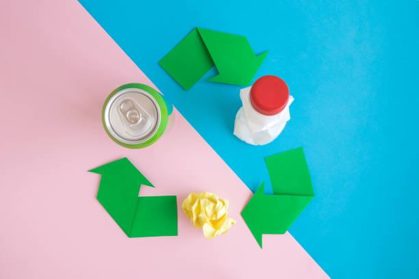 Plano de reciclaje de cartel con productos de reciclado abstractos sobre fondo pastel. - foto de stock