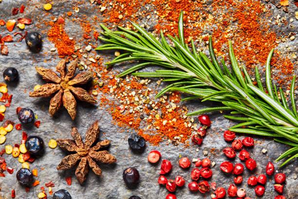 Lay plat de différentes épices et herbes sur fond ardoise - Photo