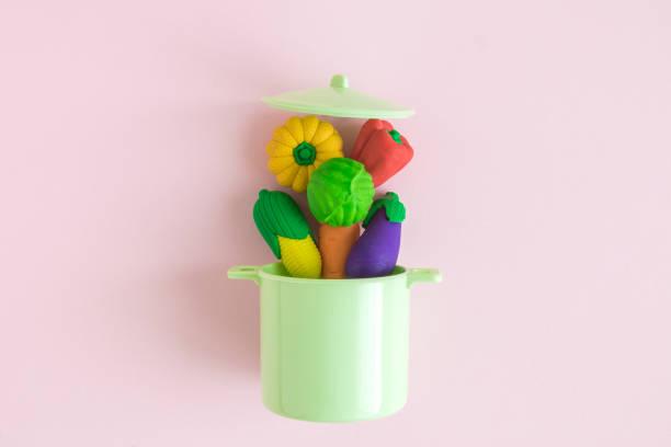 wohnung lag der pflanzlichen modell spielzeug fallen in topf auf minimale kreativkonzept pastell rosa hintergrund. - chefkoch auflauf stock-fotos und bilder