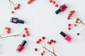 小さな赤いリンゴと女性の化粧品フラット レイアウト パターン