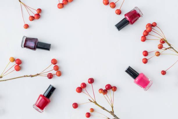 flach legen muster mit kleinen roten apfel und weibliche kosmetik - herbst nagellack stock-fotos und bilder