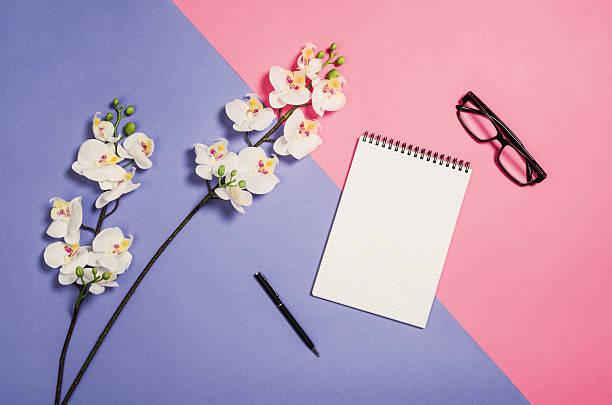 flat lay photo of a creative freelancer woman workspace desk - pastellstifte stock-fotos und bilder