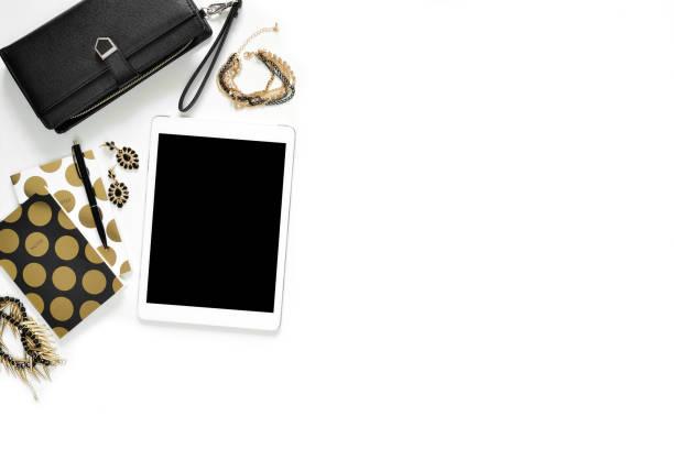 flache laien foto von stilvollen weißen schreibtisch mit wallet, damen schmuck, tablet und gold notebook kopie raum hintergrund - damen top gold stock-fotos und bilder