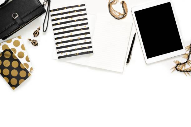 flache laien foto von stilvollen weißen schreibtisch mit wallet, damen schmuck, tastatur und gold notebook kopie raum hintergrund - damen top gold stock-fotos und bilder