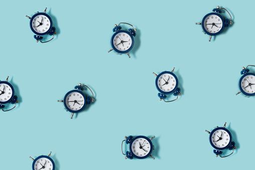 Flat Lay Retro Beautiful New Alarm Clock On Blue Color Background Pattern Top - zdjęcia stockowe i więcej obrazów Alarm
