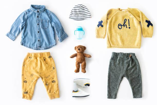Flacher Lay-Schuss von Baby-Jungen-Kleidung. – Foto