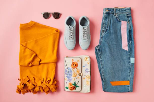 flache laien schuss von weiblichen herbst kleidung und accessoires - handtasche jeans stock-fotos und bilder