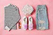 女性のパリのスタイルの服やアクセサリーのフラット レイアウト ショット