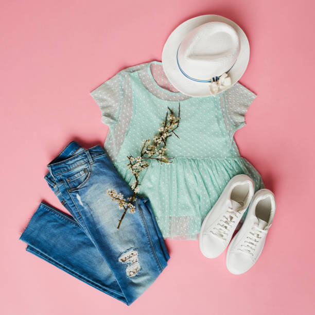 女の子が春の服とアクセサリーのフラット レイアウト ショット - 春のファッション ストックフォトと画像