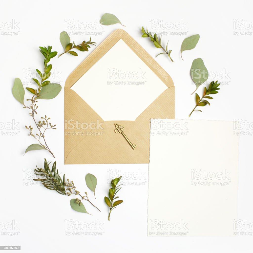 2fa91cd7 Wohnung lag Schuss der Brief und Eco Papierumschlag auf weißem Hintergrund.  Hochzeit Einladungskarten oder Liebesbrief