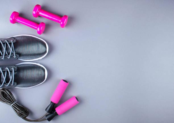 wohnung lag schuss turnschuhe, jumpung seil und hanteln. - rosa training stock-fotos und bilder