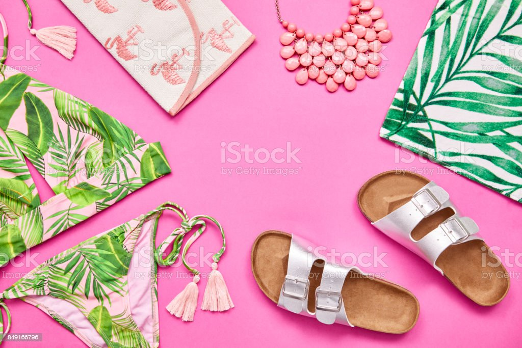 Flat lay shot of summer vacation accessories on pink background - fotografia de stock