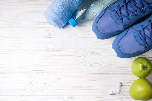평평 하다 스포츠 신발 물 사과 수건 흰색 바탕에 이어폰의 병 스포츠 장비입니다 건강 한 라이프 스타일 스포츠 및 다이어트 개념 개념에 대한 스톡 사진 및 기타 이미지