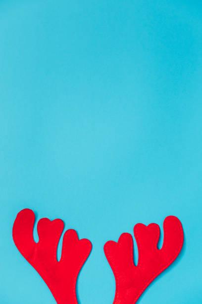 plat poser vue de dessus du renne ramure sur fond bleu. parfait pour une carte de voeux joyeux noël. assez de place pour l'espace de la copie. - design plat photos et images de collection