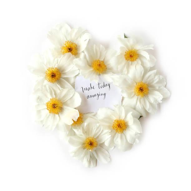 flache laien blick auf papier mit englischen zitat machen heute erstaunlich. inspiration-wörter mit einem floralen herzförmige rahmen aus weißen pfingstrose blumen. ansicht von oben. - herz zitate stock-fotos und bilder