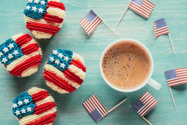 postura plana com cupcakes arranjados, xícara de café e bandeiras americanas no conceito de celebração do tabletop, presidentes dia de madeira - presidents day - fotografias e filmes do acervo